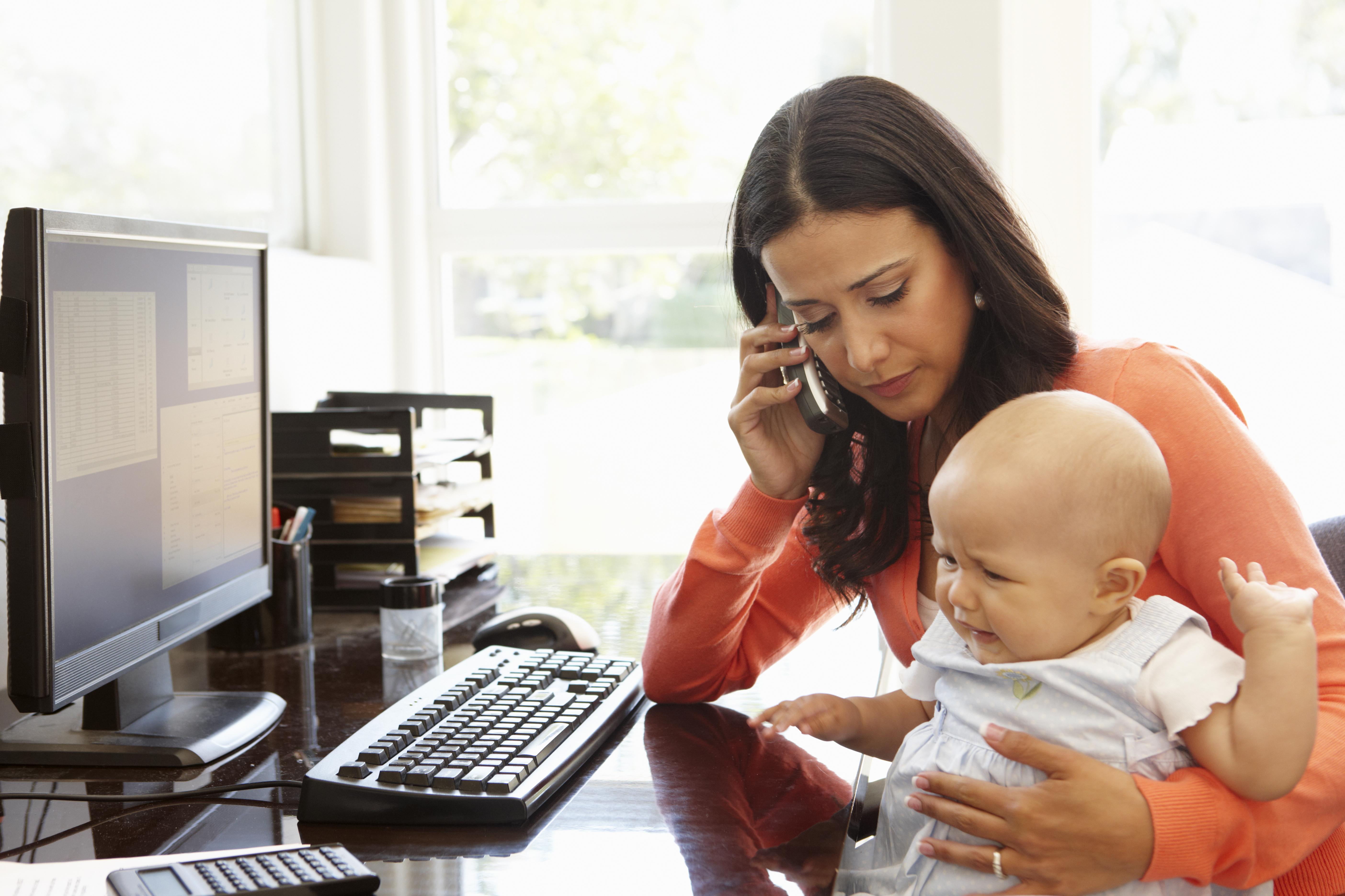 女性 電話 赤ちゃん